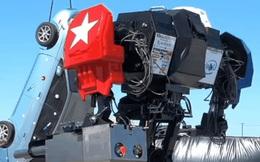 Xem con robot mạnh mẽ của Mỹ biểu trưng sức mạnh tuyệt đối, gõ vào cái ô tô treo ngược khiến nó rung rinh nhẹ