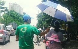 Hình ảnh dễ thương ngày Hà Nội nóng đỉnh điểm: Người đàn ông chạy xe đạp che ô cho hai mẹ con trên phố