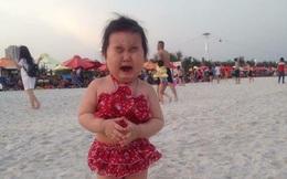 """Bé gái siêu đáng yêu khóc tu tu trong lần đầu đi biển vì """"bẩn hết chân con"""" khiến các mẹ không thể nhịn cười"""