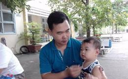 Chồng bế con 9 tháng tuổi theo vợ đi thi