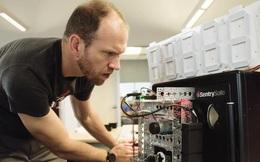 Xem video để biết bằng cách nào con robot này có thể phá két sắt trong vòng 15 phút