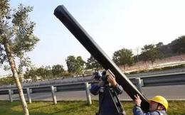 Thợ điện Trung Quốc dùng pháo bắn laser dọn rác đường điện
