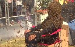 Người đàn ông để cho 100 nghìn con ong bâu kín mặt mà vẫn không sao