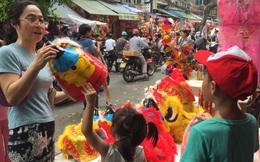 Tết Trung thu: Tiểu thương phố Hàng Mã thu bộn tiền nhờ bán hàng trên... Facebook, Zalo