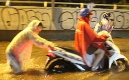 Người Sài Gòn khổ sở bì bõm về nhà trong cơn mưa cực lớn đêm cuối tuần