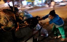 Những người phụ nữ còng lưng đẩy 'siêu xe' trên phố Hà Nội