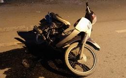Xe máy chở 3 tông xe tải và người đi bộ trong đêm