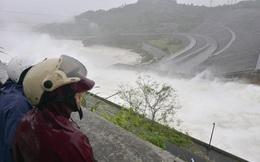 Thủy điện Hòa Bình mở 8 cửa xả lũ: Quy trình vận hành ngược?