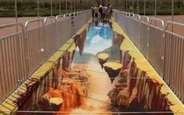 """Trung Quốc: Du khách """"rụng rời chân tay"""" khi ghé thăm cây cầu kính kết hợp công nghệ 3D"""