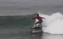 [Video] Xem anh chàng này lướt sóng bằng TV màn hình phẳng
