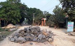 Thanh Hóa: Dân lại đổ đá, lập rào chắn chặn đường xe quá tải