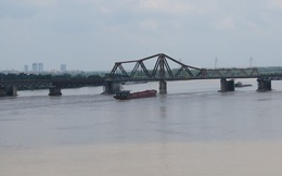 Người dân phát hiện vật nghi là bom ở gần trụ cầu Long Biên