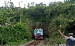 Học sinh ở Khánh Hòa đi chung hầm với tàu hỏa để qua sông, đến trường