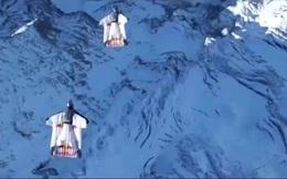Nhảy từ đỉnh núi và hạ cánh bên trong máy bay đang bay