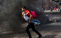 7 ngày qua ảnh: Người đàn ông bế con trai chạy qua hàng rào lửa ở Nam Mỹ