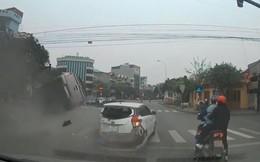 Clip xe 'điên' lộn nhào sau khi tông hàng loạt xe dừng đèn đỏ