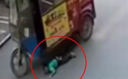 Clip: Khoảnh khắc cậu bé bị xe chèn qua, người lớn thờ ơ, đứa trẻ 7 tuổi chạy lại cứu
