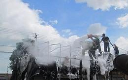 Xe tải bốc cháy ngùn ngụt, tài xế kịp tấp vào lề