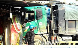 Xe tải cắm đầu vào nhà dân sau tai nạn liên hoàn