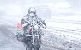 24h qua ảnh: Người đàn ông lái xe trong bão tuyết khủng khiếp ở Trung Quốc