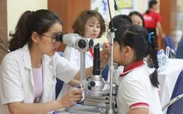 Bác sĩ khuyến cáo phụ huynh đừng phó mặc đôi mắt của con cho cửa hàng kính