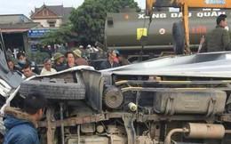Hải Dương: Xe tải cố vượt qua đường ray rồi bị tàu đâm, tài xế kẹt cứng trong cabin