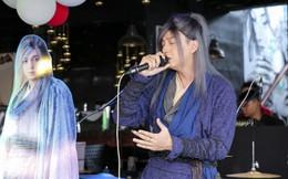 Khán giả thích thú khi Ngô Kiến Huy đội tóc giả, mặc đồ cổ trang đi hát