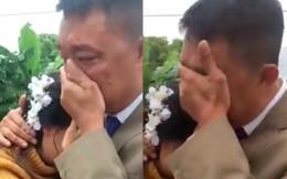 """Bố khóc nức nở tiễn con về nhà chồng gây bão mạng: """"Nhà có 2 đứa, 1 đứa đi rồi, đứa kia lấy chồng nốt thì bố trắng tay"""""""
