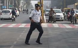 Anh cảnh sát của năm: Vừa nhảy điệu Michael Jackson vừa điều khiển giao thông khiến dân mạng phát cuồng