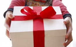 Chồng bắt vợ mua quà cho em chồng, vợ hỏi 1 câu xoắn não khiến anh im re, chị em thì vỗ tay tán thưởng
