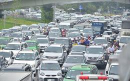 [ẢNH] Đường vào sân bay Tân Sơn Nhất kẹt cứng, hành khách kéo vali chạy bộ cho kịp