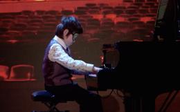 Cậu bé 8 tuổi bịt mắt chơi piano khiến khán giả nể phục