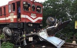 Hà Nội: Xe tải băng qua đường ngang bị tàu hỏa đâm biến dạng