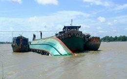 Tàu chở 32 khách du lịch va chạm với sà lan chở hàng tại Quảng Ninh