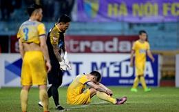 """Cầu thủ Thanh Hóa ngã vật xuống sân sau pha đốt lưới khó hiểu của """"trò cưng Miura"""""""