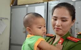 Tâm sự của Thiếu uý công an cho bé trai 7 tháng tuổi bị bỏ rơi bú
