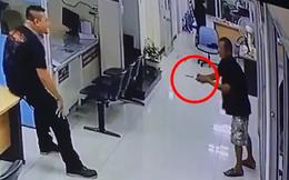Cách hành xử 'khó tin' của người cảnh sát làm cả thế giới xúc động