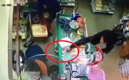 Không kịp phản ứng, chủ cửa hàng bị mất điện thoại ngay trước mắt