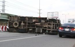 Bình Dương: Xe tải  tông 2 xe máy, trượt dài rồi lật, nhiều người bị thương nặng