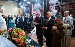 Bộ trưởng Quốc phòng Mỹ James Mattis thăm và dâng hương ở Chùa Trấn Quốc