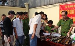 Người dân Sài Gòn mang dao kiếm, mã tấu đi đổi lấy quà Tết