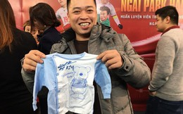 """Ông bố tranh thủ nhất năm, vừa tác nghiệp xong liền """"bon chen"""" xin chữ ký HLV Park Hang Seo cho con trai sắp chào đời"""