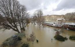 Mưa rào tồi tệ nhất trong 50 năm xảy ra, Paris chìm trong biển nước