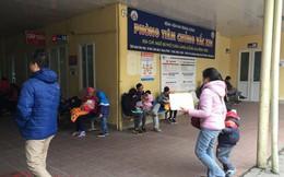Trẻ con phải quấn kín mít đi khám bệnh ngày giá rét