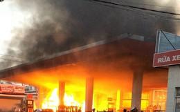 Cây xăng ở quận 12 cháy dữ dội, dân tháo chạy
