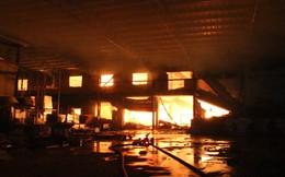 Nhà xưởng chìm trong biển lửa hơn 4 giờ chưa tắt, các chiến sĩ ăn bánh, uống nước lót dạ chữa cháy