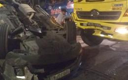 Ô tô 7 chỗ bị ủi lật ngửa trên đường phố Sài Gòn, 4 người trong xe la hét cầu cứu