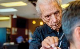 """""""Ông trăm tuổi"""" làm nghề cắt tóc: Suốt 96 năm vẫn miệt mài công việc vì 1 lí do đầy bất ngờ, cảm động"""