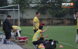 Người đóng thế phiên dịch Lê Huy Khoa rụt rè trong ngày đầu tiên làm việc ở tuyển Việt Nam chuẩn bị cho AFF Cup 2018