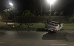 Ô tô trắng lật giữa đường, nhưng 3 người đàn ông nằm bên cạnh mới là điểm gây chú ý